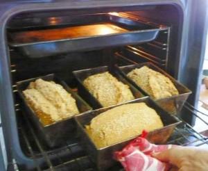 Yahia reparte su pan por toda la isla